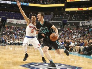 Frank Kaminsky III saluta Courtney Lee