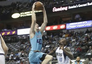 Cody Zeller contro Dorian Finney-Smith (Photo by Ronald Martinez/Getty Images)
