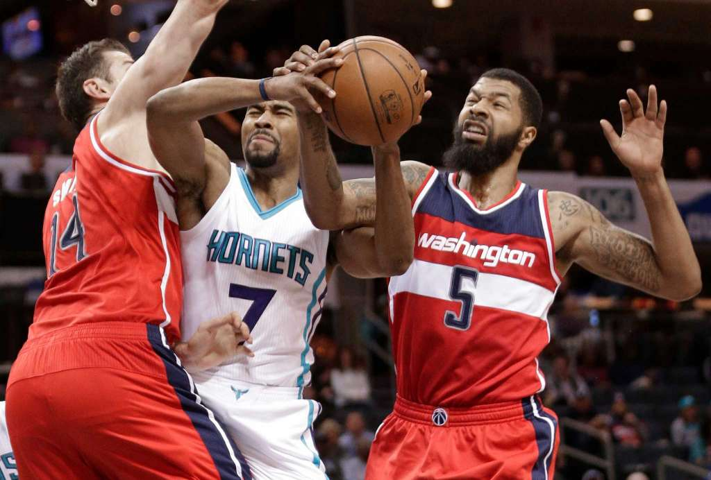 Ramon Sessions in mezzo a Jason Smith e Markieff Morris. 4f5375bf7ee5